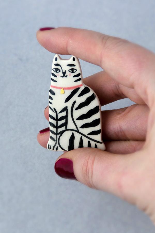 Ceramic cat brooch by Livia Coloji